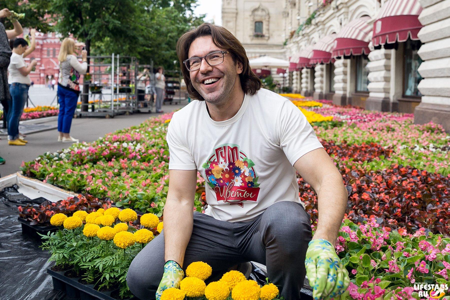 Фото андрей малахов с цветами